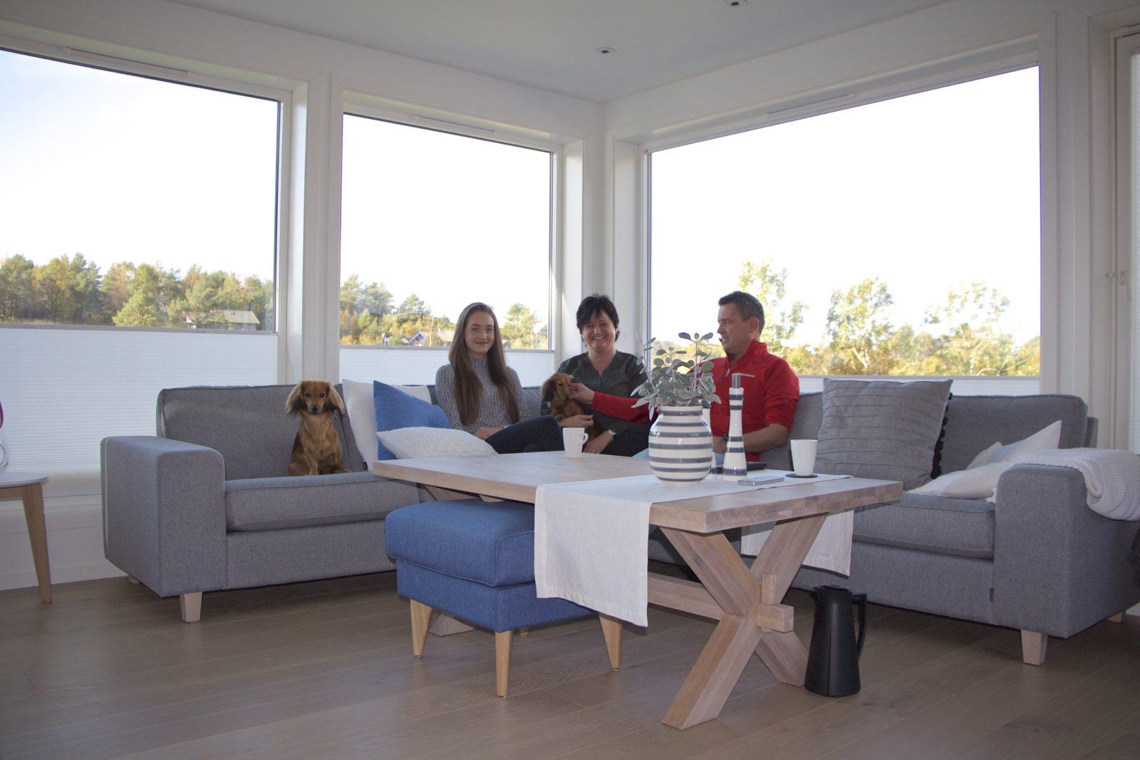 Bilde av familie i stua på hytta i Lussevika